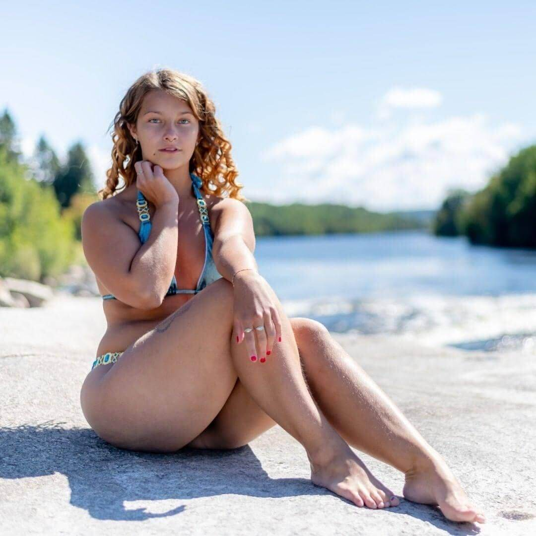 Beautiful Canadian model Sandy Harvey @dydy_1998 wearing a bikini sitting on the ground showing her sexy body, legs and bare feet